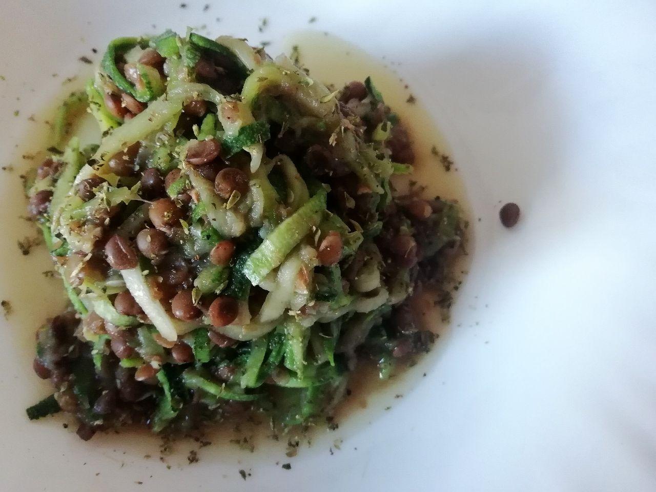 Ricette senza glutine a base di legumi: spaghetti di zucchine con lenticchie!