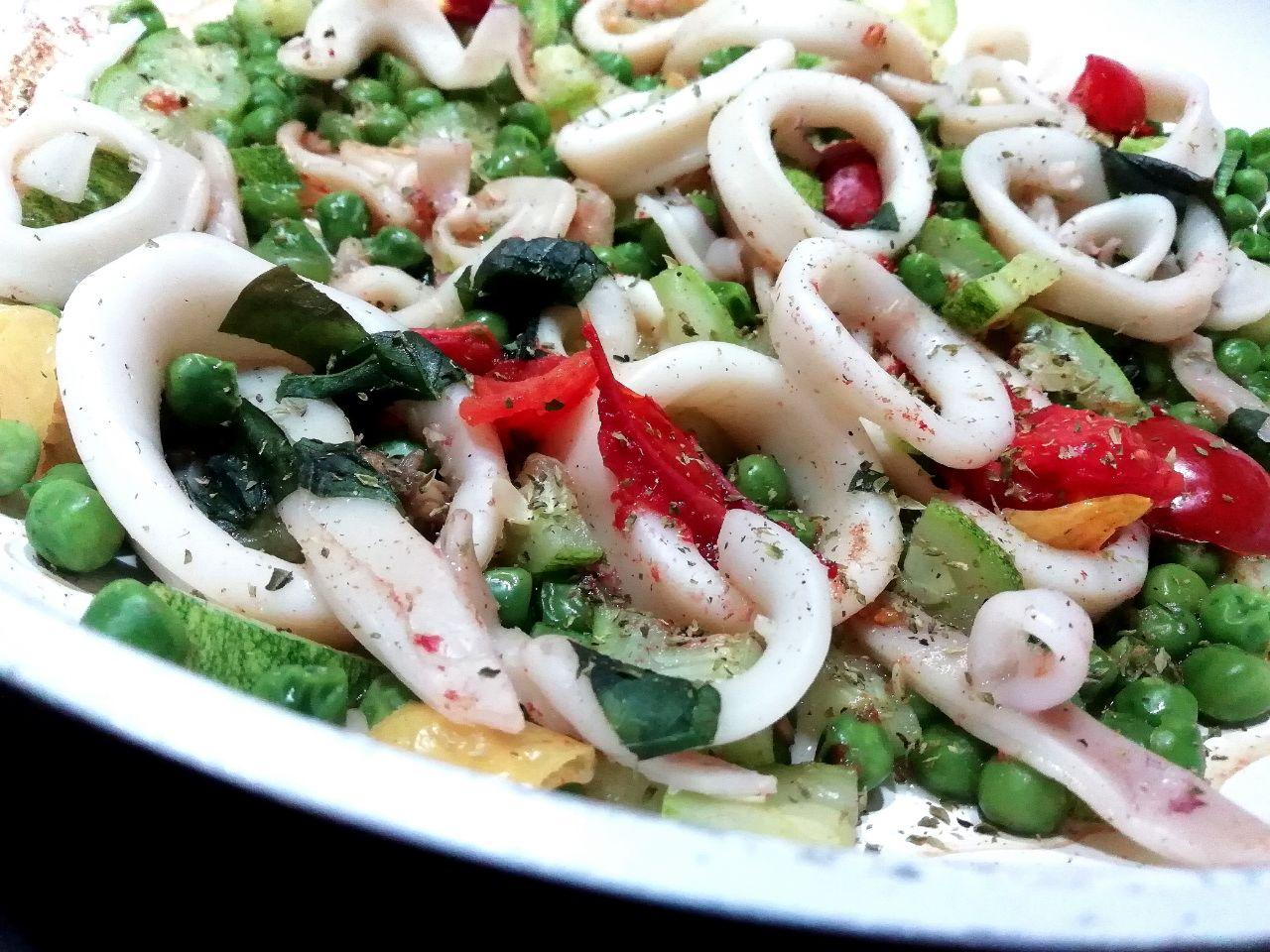 Secondi piatti a base di pesce: totano, piselli verdi, zucchine e pomodorini al peperoncino!