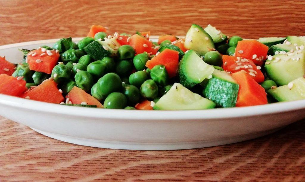 Contorni leggeri: piselli, verdi, carote e sesamo!