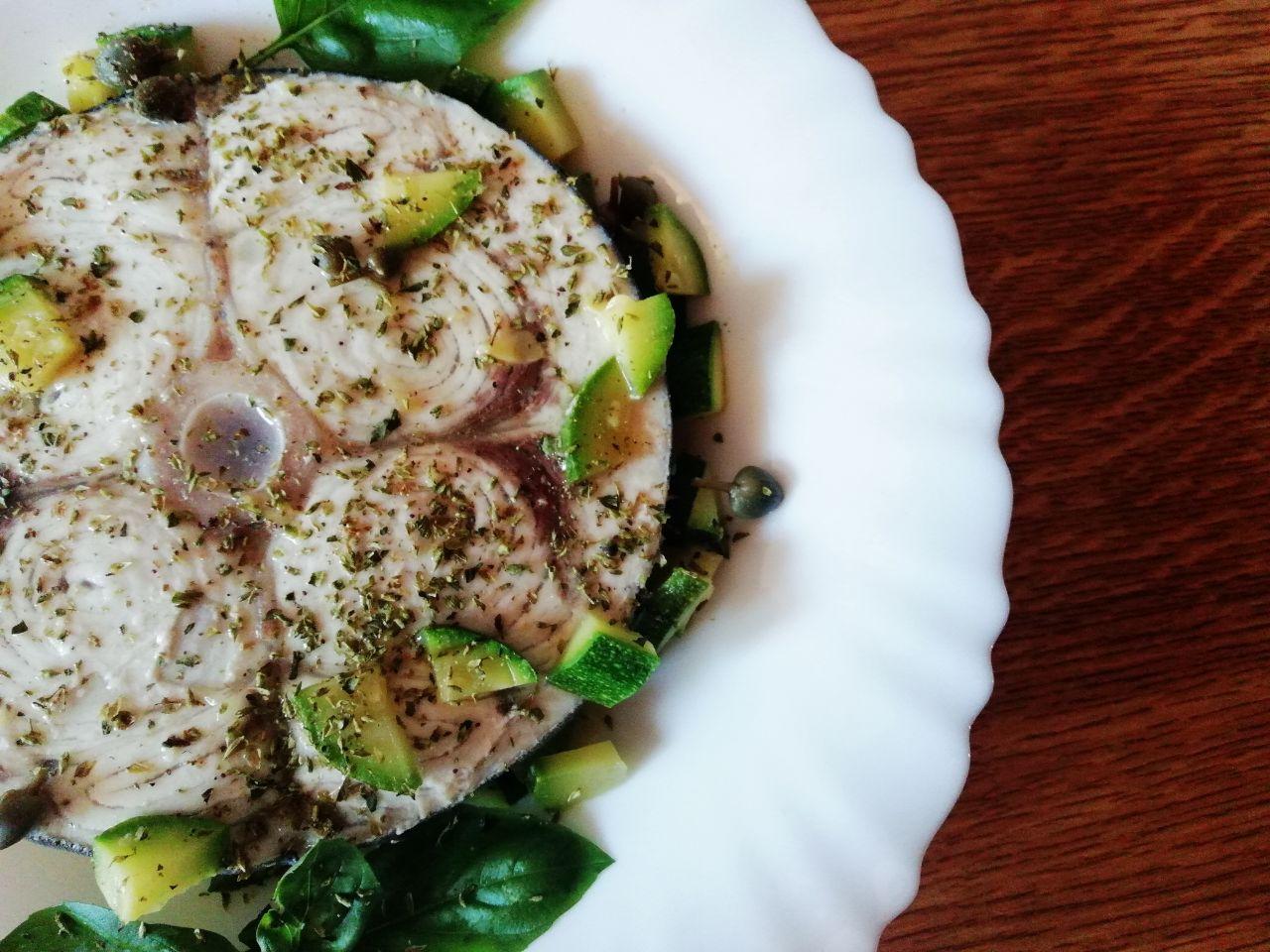 Secondi piatti a base di pesce: pesce spada con capperi e zucchine!