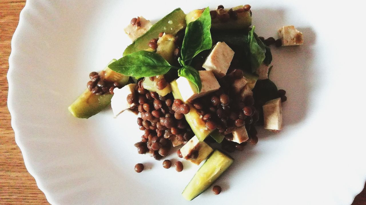 Ricette a base di legumi: insalata di lenticchie, zucchine e tofu!