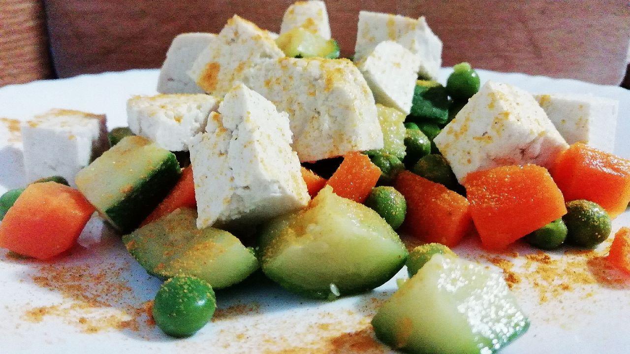 Ricette senza glutine vegetariane: tofu, piselli, carote e zucchine!