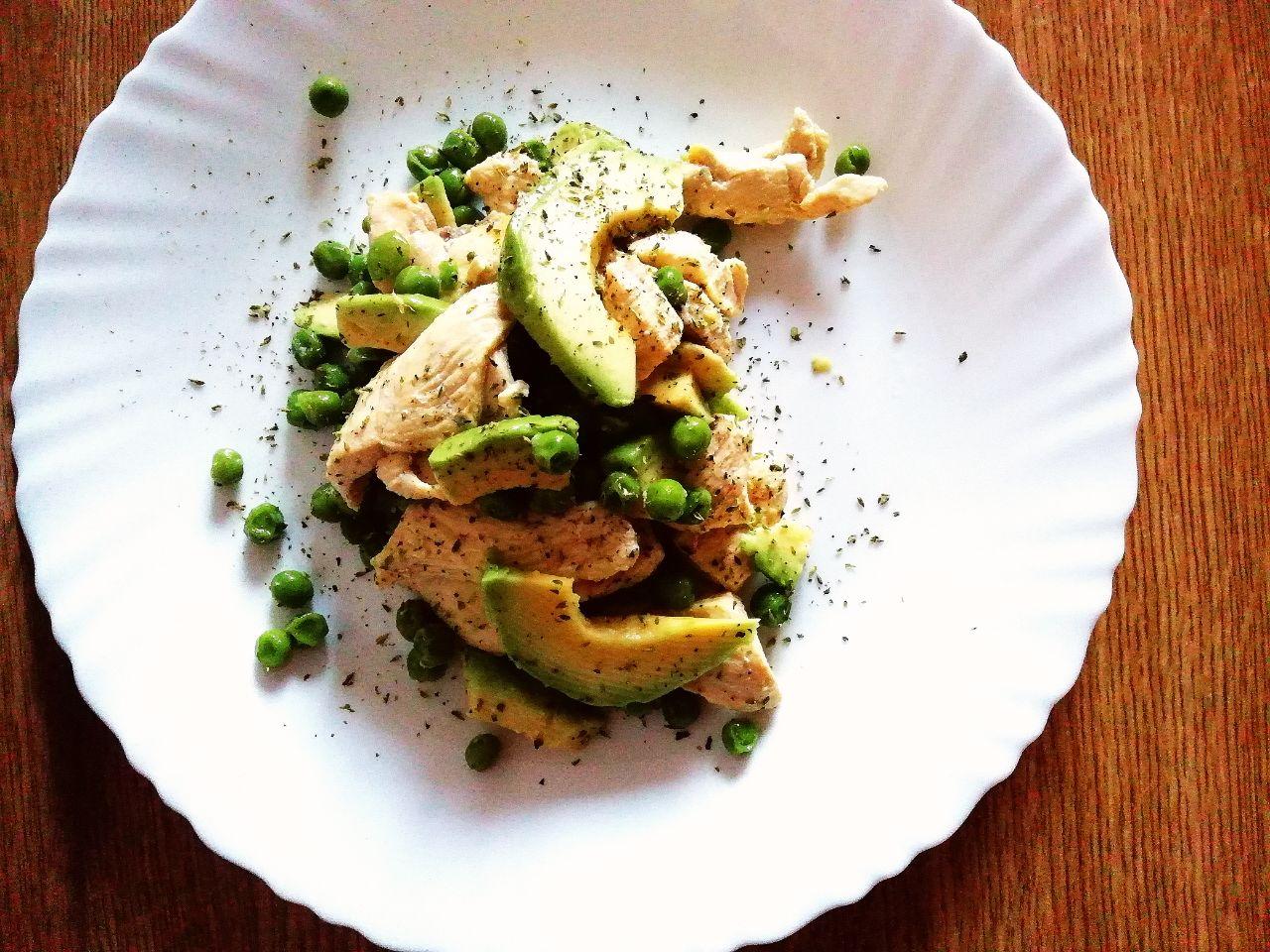 Ricette a base di carne: bocconcini di pollo con piselli e avocado!