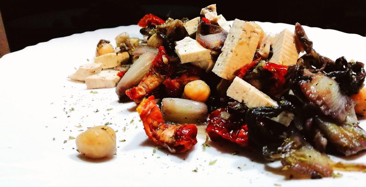 Ricette autunnali: insalata di ceci, tofu, radicchio e pomodori secchi!