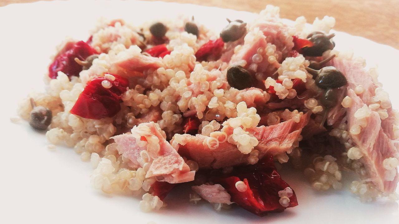 Primi piatti senza glutine: quinoa integrale, filetti di tonno, capperi e pomodori secchi!