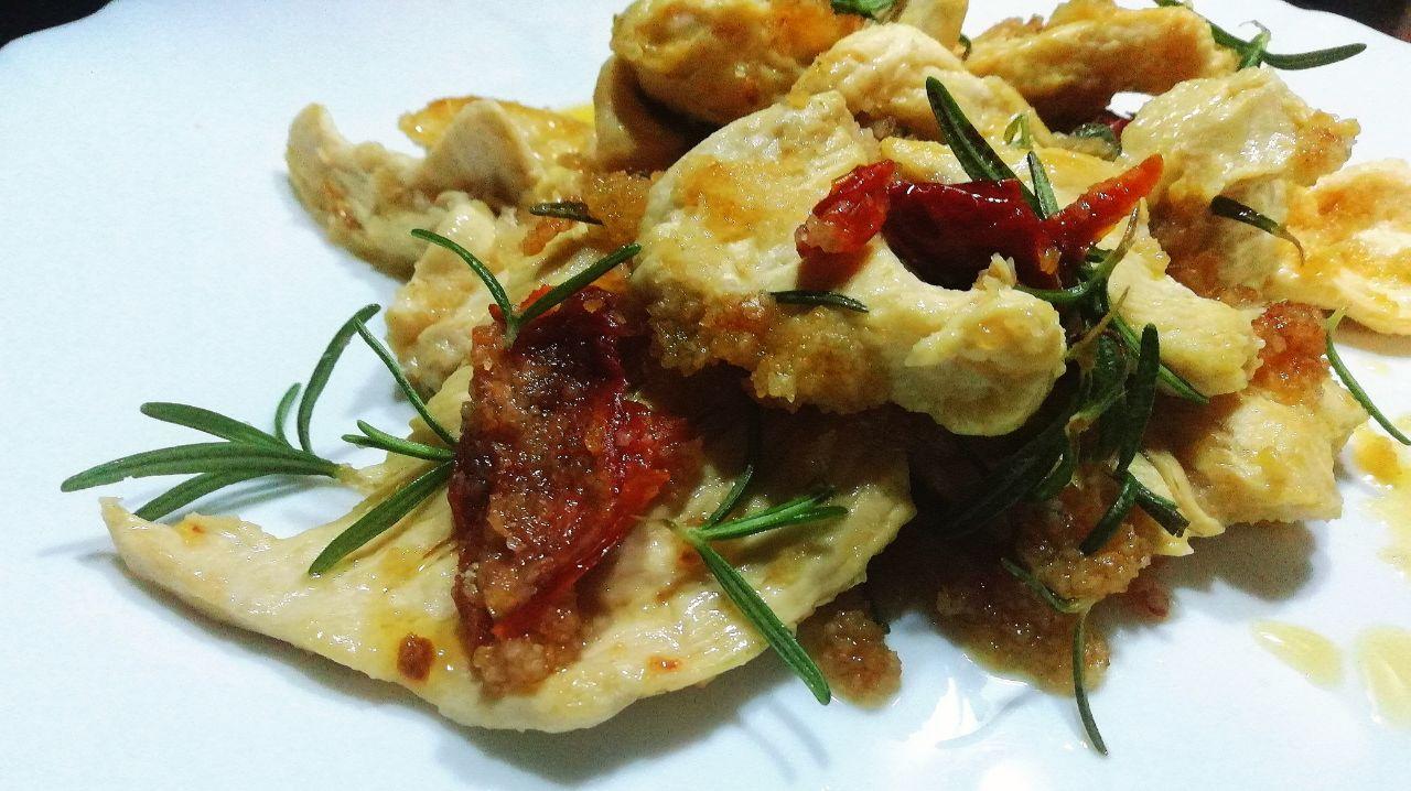 Secondi piatti a base di carne: pollo ruspante in padella con pomodori secchi e rosmarino!