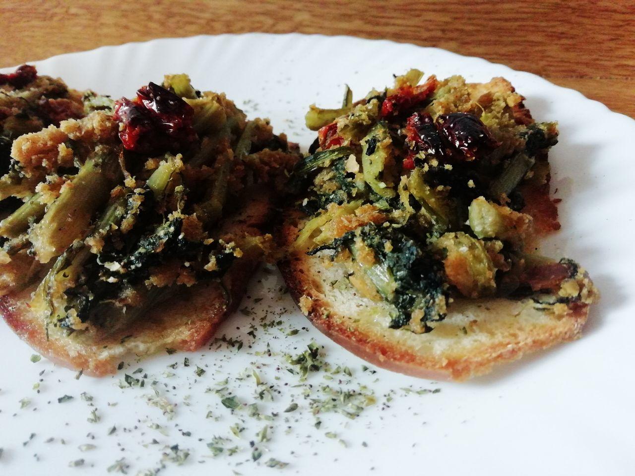 Finger food a base di verdure: bruschette con indivia riccia e pomodori secchi!
