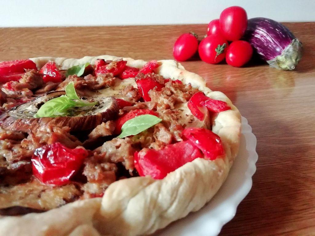 Ricette economiche a base di verdure: torta salata con melanzane, pomodori e tonno!