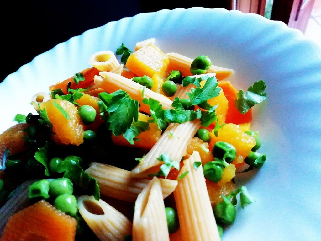 Primi piatti a base di verdure senza burro e senza formaggio: pasta di lenticchie rosse con piselli zucca e carote!