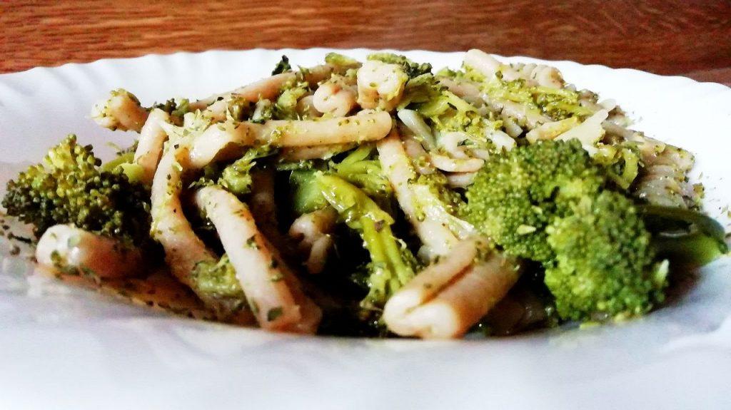 Primi piatti vegetariani senza burro e senza formaggio: maccheroncini integrali con broccoli!