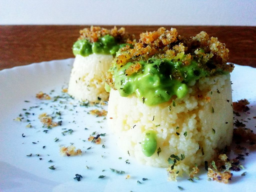Primi piatti senza uova e senza formaggio: tortini di cous cous di mais e riso con piselli verdi e pane croccante!