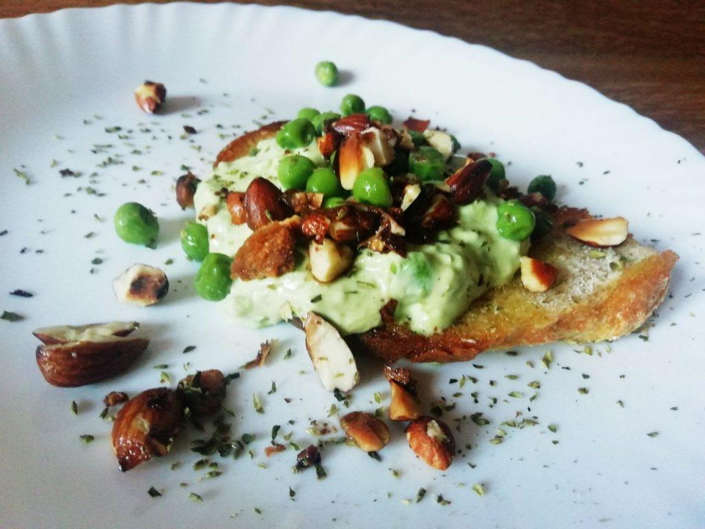Antipasti economici e semplici: mousse di piselli verdi e formaggio spalmabile con mandorle tostate!
