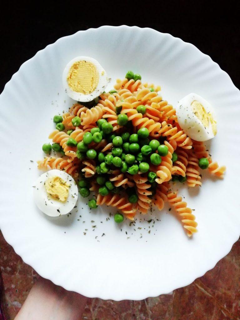 Primi piatti senza glutine: fusilli di lenticchie rosse con piselli verdi e uova sode!