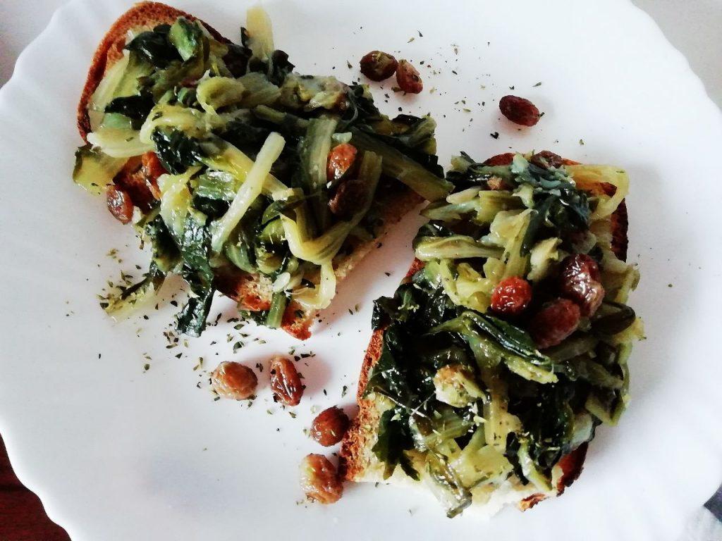 Antipasti economici e veloci: bruschette con cicoria ripassata all'uvetta senza formaggio e senza burro!