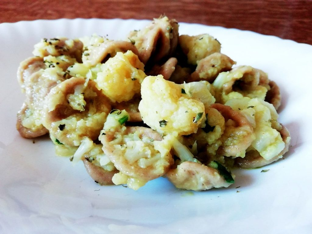 Primi piatti vegetariani senza burro e senza formaggio: orecchiette integrali con cavolfiore curcuma e prezzemolo!
