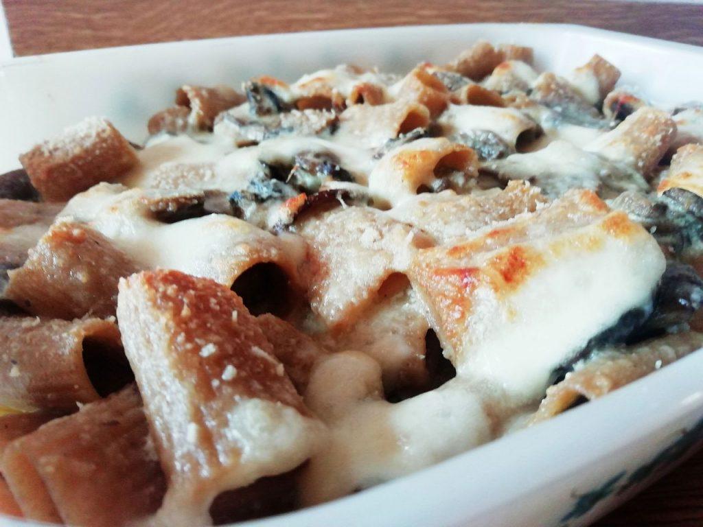 Primi piatti senza burro: mezze maniche integrali al forno con funghi e mozzarella!