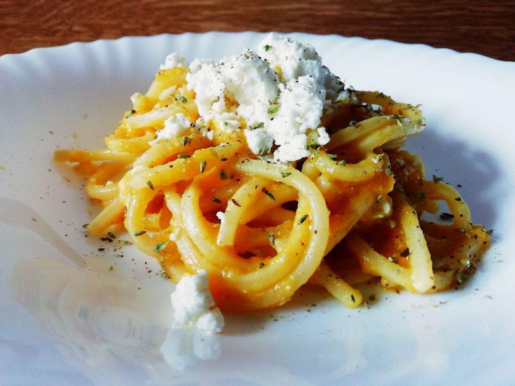 Primi piatti semplici ed economici senza burro e senza uova: spaghetti di Gragnano alla chitarra con crema di zucca e acciughe e feta greca!
