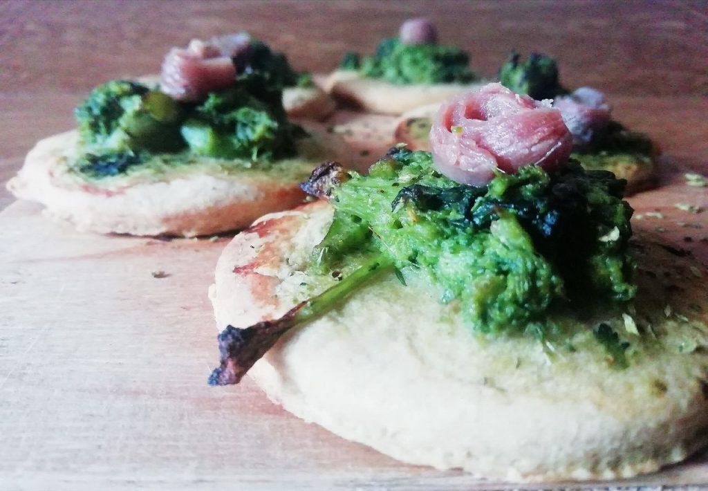 Antipasti economici senza burro senza uova e senza lattosio: pizzette senza lievito con cime di rape e filetti di alici!