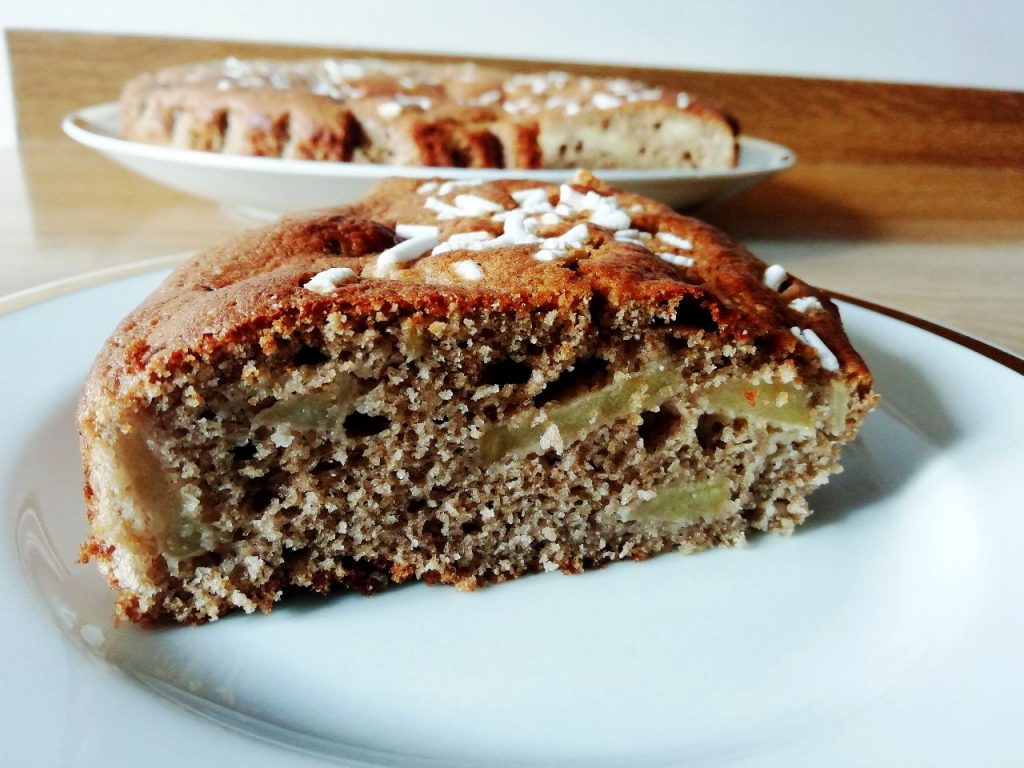 Dolci leggeri senza burro: torta allo yogurt magro 7 vasetti con mele e cacao amaro!