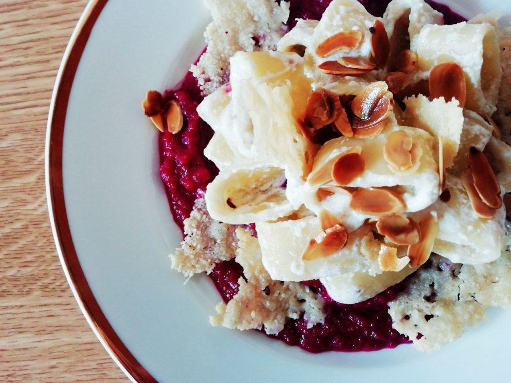 Primi piatti senza burro: calamarata con sugo di ricotta e filetti di alici con chips parmigiano e lamelle di mandorle su crema di rape rosse