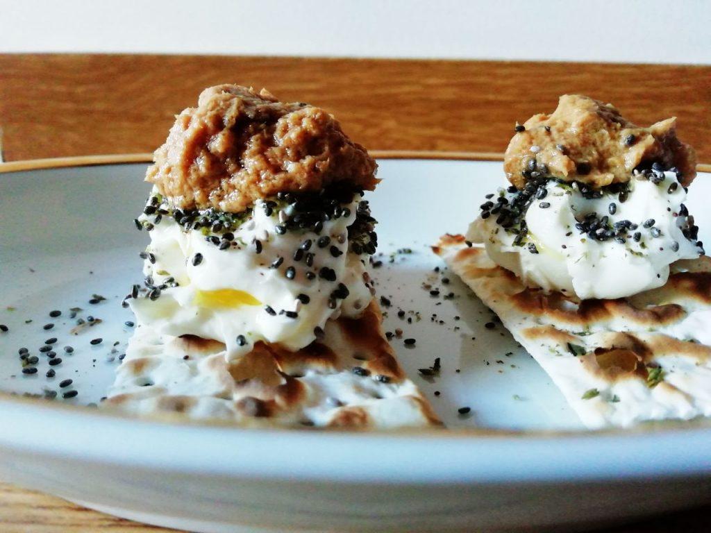 Antipasti e finger food semplici e veloci: pane azzimo con mousse di formaggio spalmabile semi di chia e crema di tonno all'arancia!
