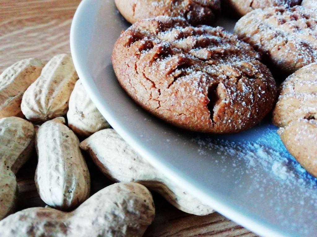 Dolci semplici e veloci senza glutine e senza lattosio: biscottini al burro di arachidi e zucchero di canna!
