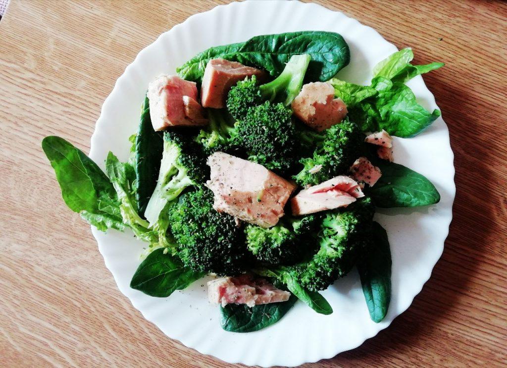 Piatti unici senza burro e senza lattosio: insalata di broccoli spinaci freschi e filetti di tonno!