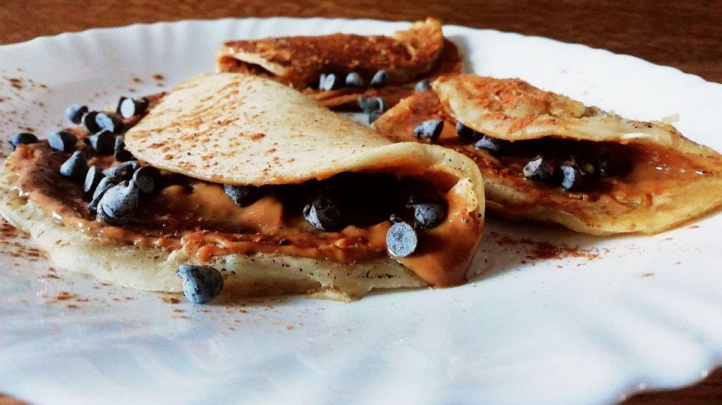 Dolci leggeri senza burro senza uova e senza lattosio: crepes con burro di arachidi e gocce di cioccolato fondente!