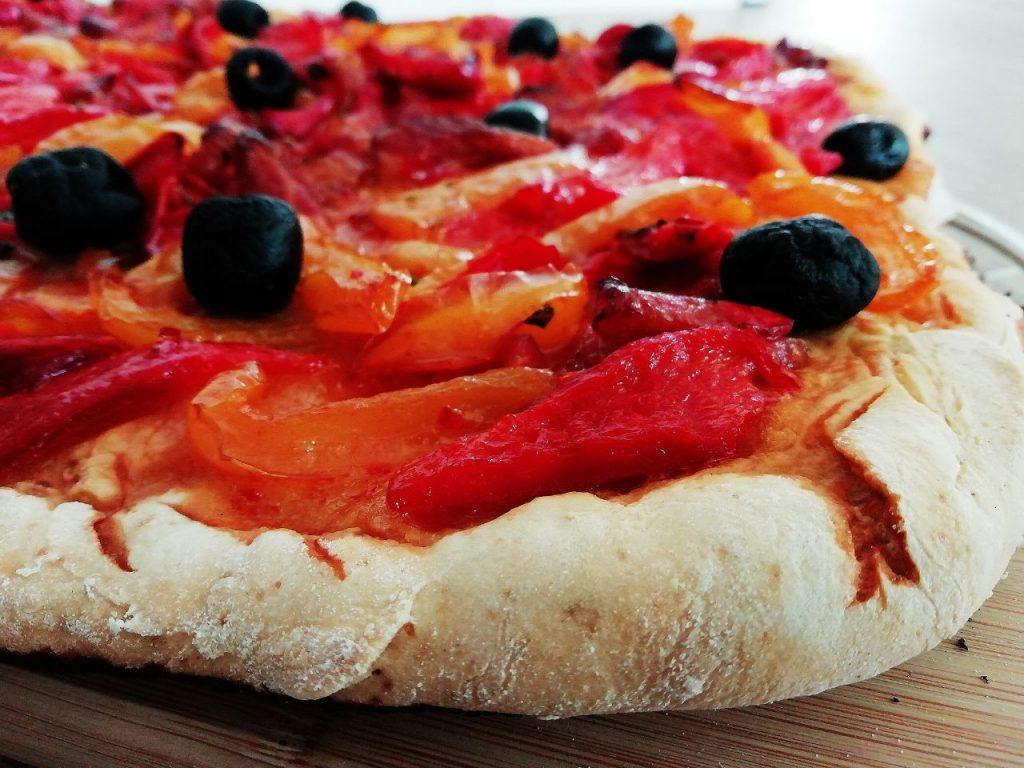Antipasti economici e semplici: focaccia con peperoni olive nere e pancetta senza formaggio e senza lattosio!