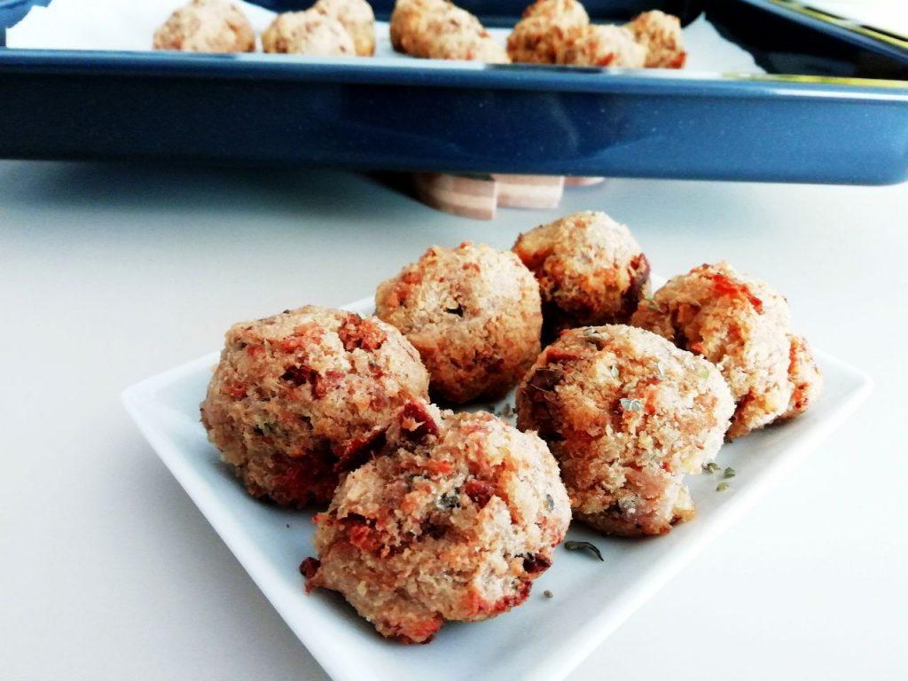 Finger food economici senza formaggio e senza burro: polpette di pane e tonno con origano fresco!