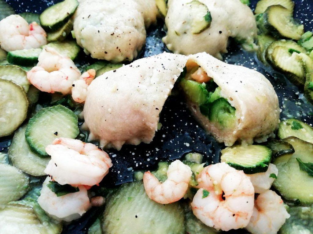 Primi piatti a base di pesce: ravioli fatti in casa senza uova ripieni di gamberetti e zucchine!