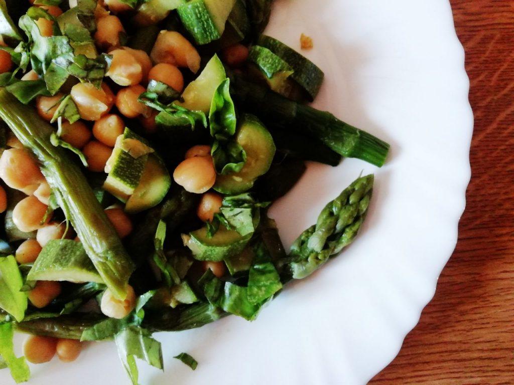 Piatti unici leggeri ed economici a base di legumi: insalata di asparagi zucchine e ceci con basilico fresco!