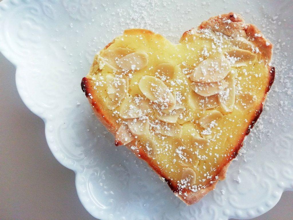 Dolci semplici e leggeri senza burro: crostatine con crema di formaggio spalmabile e mandorle!