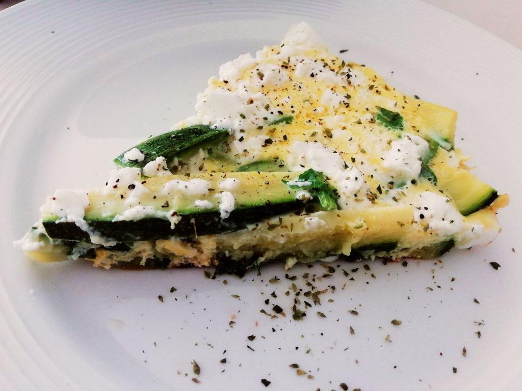 Secondi piatti semplici e veloci senza burro e senza glutine: frittata di zucchine e feta greca in padella con olio evo e prezzemolo!