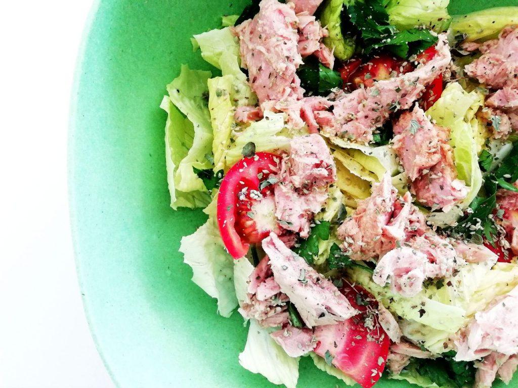 Ricette light e semplici: insalata di lattuga con prezzemolo pomodori e filetti di tonno!
