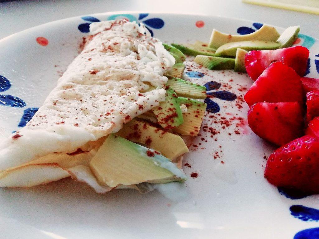 Ricette light e dietetiche senza burro: omelette di albumi con yogurt Skyr avocado fragole e cannella!