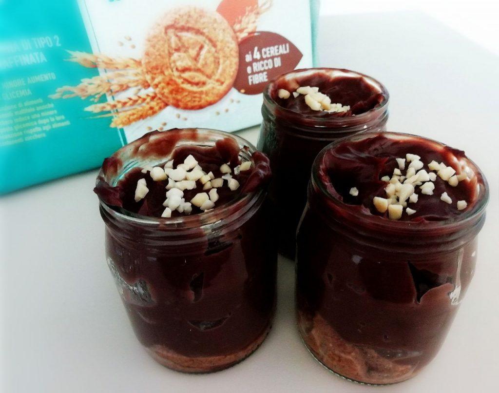 Dolci al cucchiaio semplici e veloci: barattoli con crema al cacao amaro biscotti e granella di mandorle!\