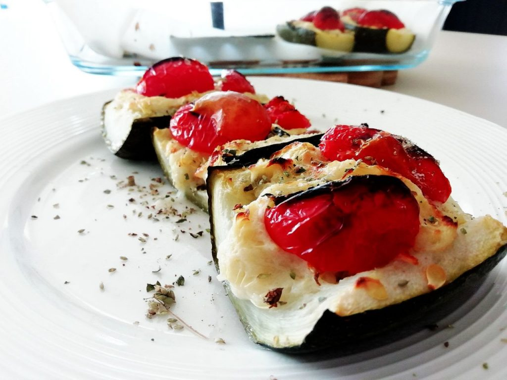 Ricette a base di zucchine senza uova e senza burro: zucchine ripiene con mozzarella e pomodori con olio evo menta e origano!