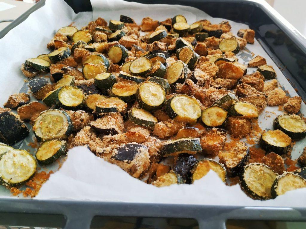 Contorni estivi a base di verdure senza uova e senza formaggio: melanzane e zucchine gratinate al forno con pane grattugiato e olio evo!