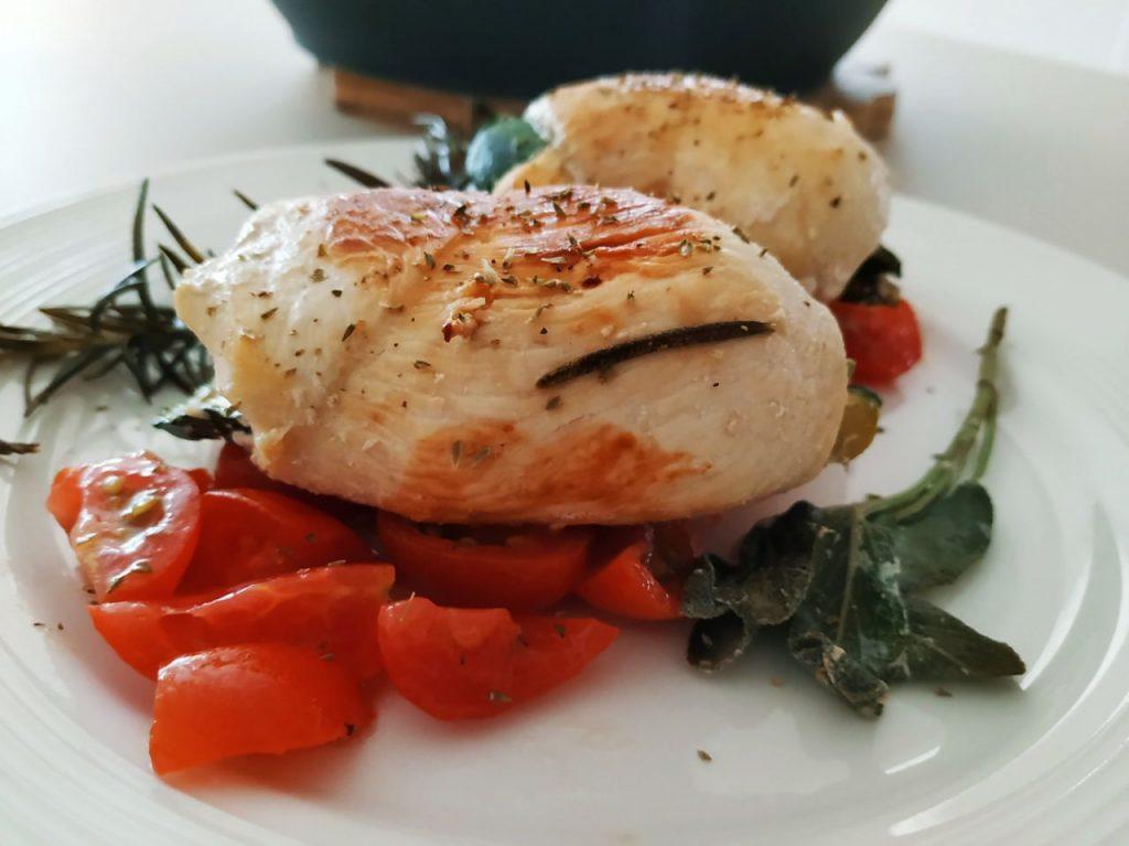 Secondi piatti a base di carne: involtini di petto di pollo ruspante e zucchine grigliate con pomodorini!