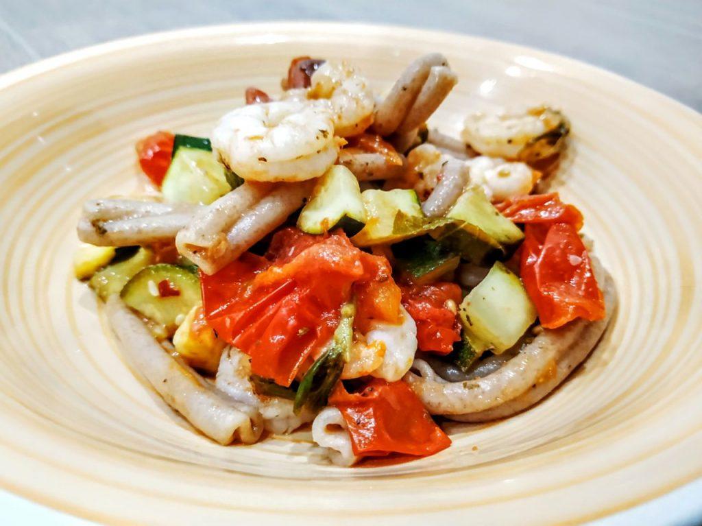 Primi piatti a base di pesce semplici e leggeri: caserecce di farro dicocco integrale con gamberetti zucchine e pomodorini!