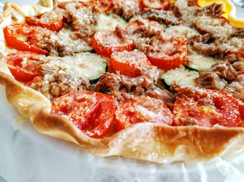 Antipasti estivi semplici ed economici: focaccia con pomodori zucchine e tonno senza burro e senza formaggio!