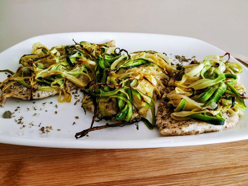 Secondi piatti a base di carne senza burro e senza formaggio: petto di pollo ruspante al forno con zucchine ed erbe aromatiche!