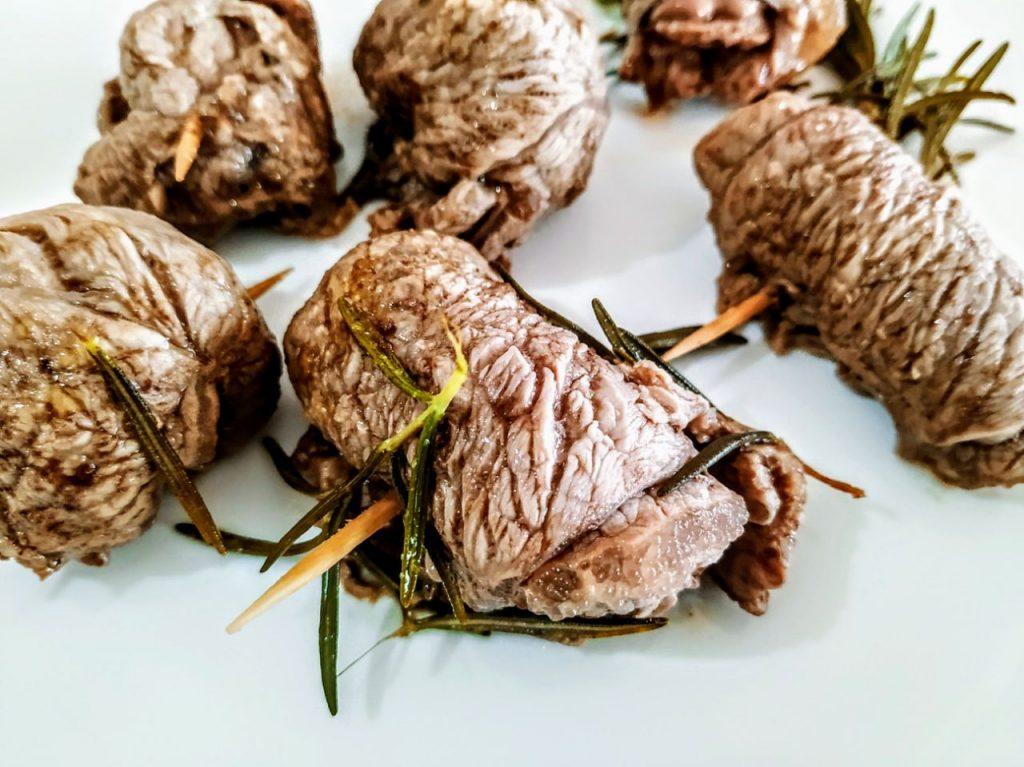 Secondi piatti a base di carne senza burro e senza formaggio: involtini di vitello al rosmarino con vino bianco ed erbe aromatiche!
