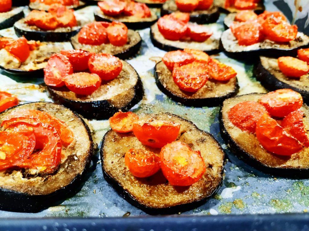 Ricette a base di verdure senza formaggio e senza burro: melanzane al forno con pomodorini olio evo e pane grattugiato!