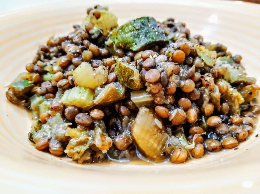 Ricette semplici e veloci a base di legumi: zuppa di lenticchie con sedano zucca e zucchine!