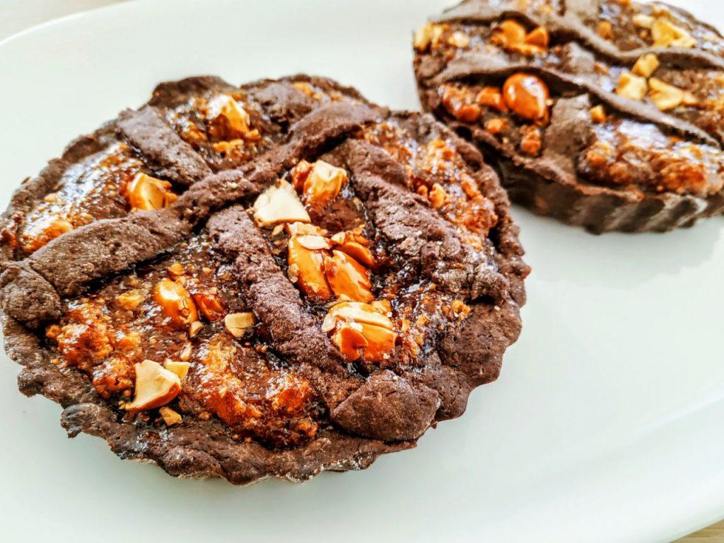 Dolci semplici e veloci senza burro e senza latte: crostatine con frolla al cacao amaro marmellata di fichi marzapane e croccante di mandorle!