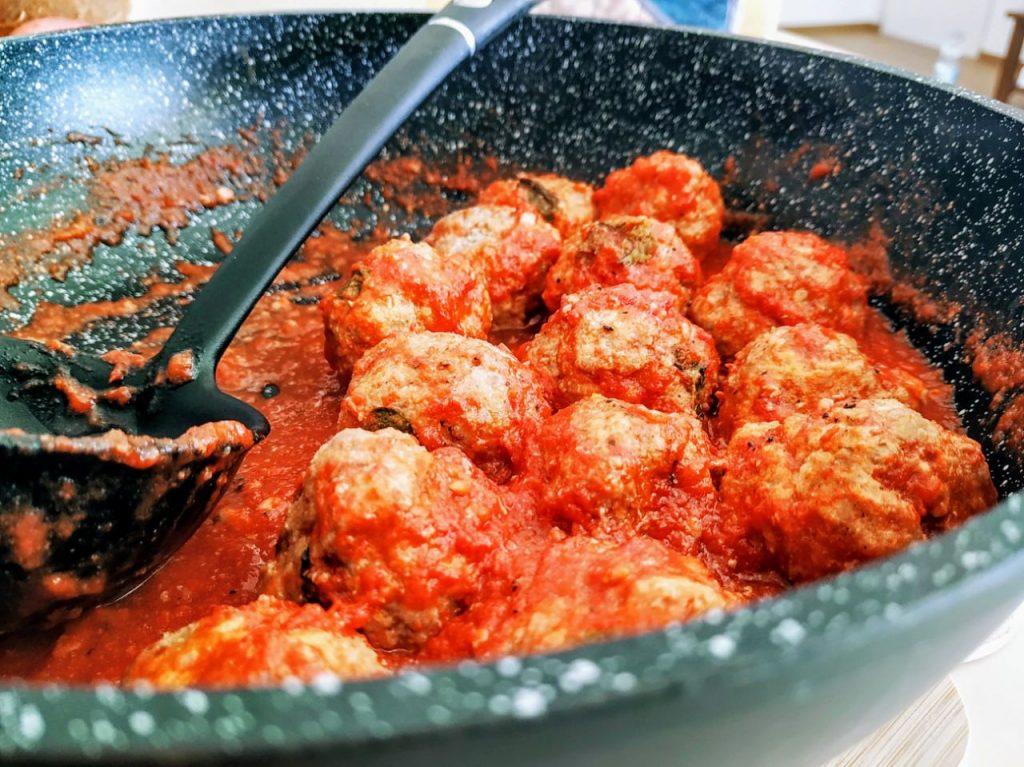 Secondi piatti a base di carne senza burro e senza formaggio: polpette di carne al sugo di pomodoro con basilico e olio evo!