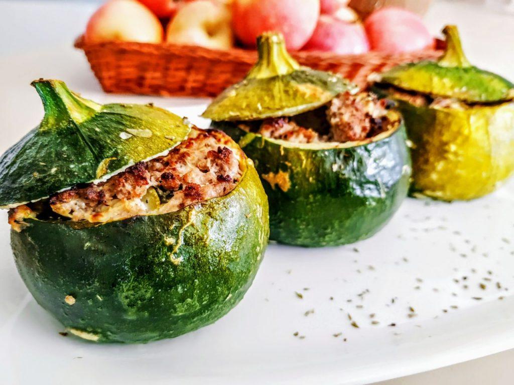 Ricette semplici ed economiche senza burro e senza formaggio: zucchine tonde ripiene di carne macinata!