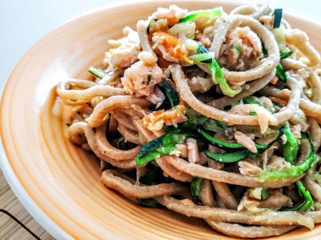 Primi piatti a base di pesce: fettuccine integrali bio con salmone affumicato zucchine e carote!